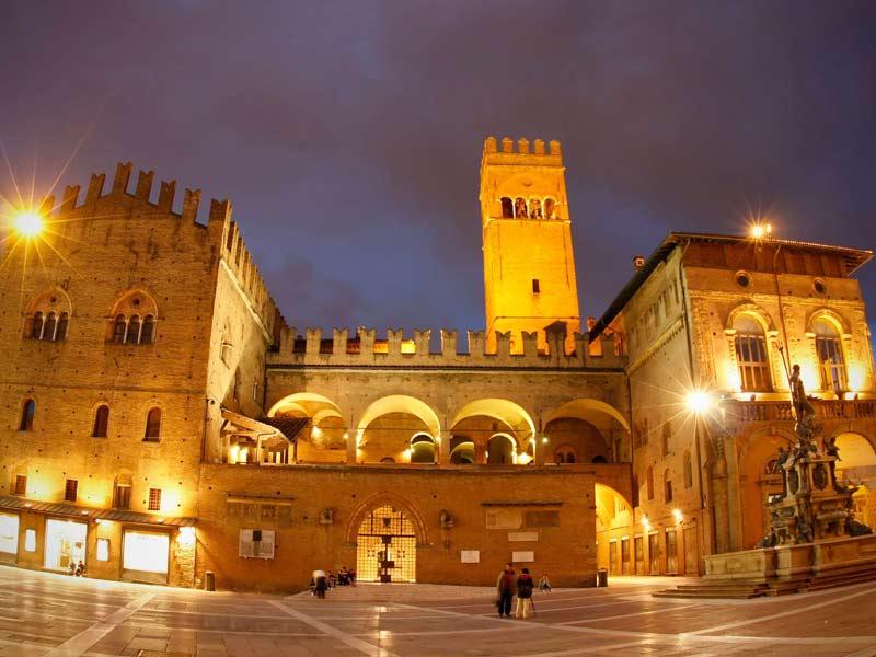 Bologna_-_Piazza_Maggiore_-_notturna